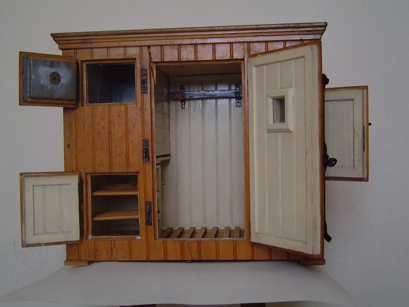 un mod le r duit d 39 armoire frigorifique ancienne. Black Bedroom Furniture Sets. Home Design Ideas